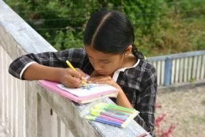 Sanam aan het tekenen