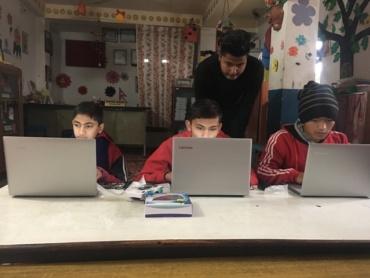 Computer lessen door Prakash in het hostel